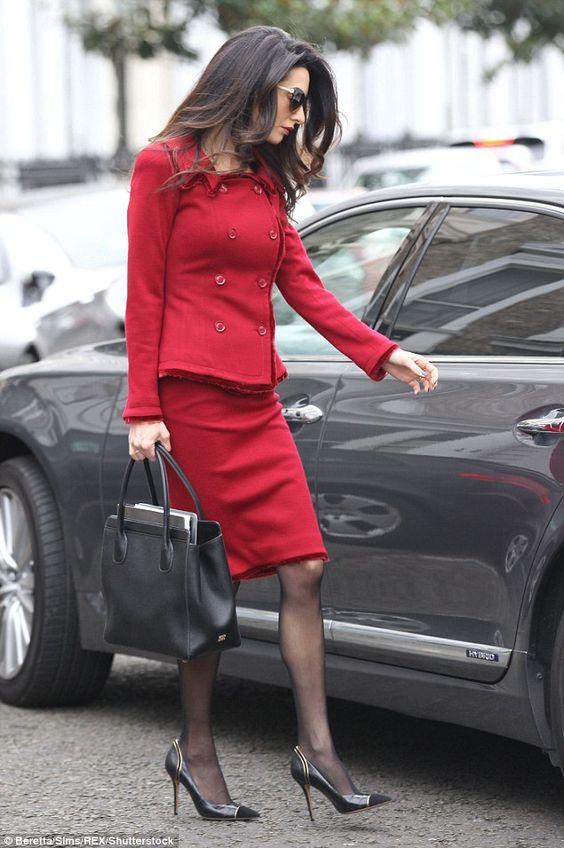 Errores de imagen en el trabajo - El traje de chaqueta y falda en una mujer conlleva el uso de medias